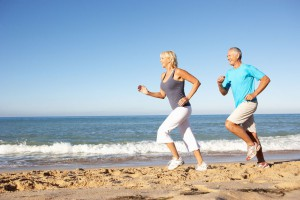 Howest-Older-couple-jogging-beach-1030x687